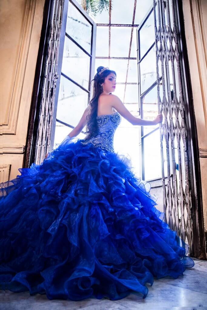 quinceañera en traje azul