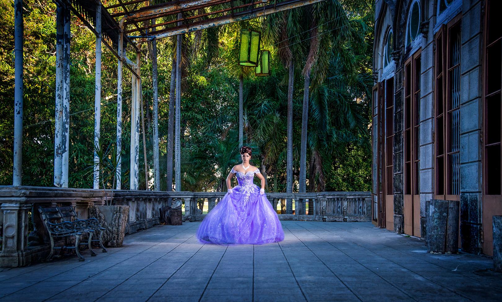 quinceañera con un traje morado fotografia de Estudios Mahe