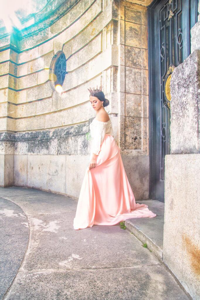 foto quinceañera en exterior caminando usando vestido rosa