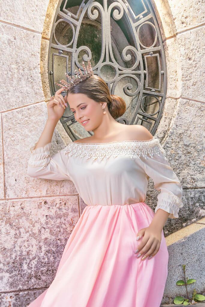 foto quinceañera en exterior posando usando vestido rosa