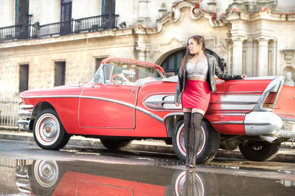 quinceanera en la habana posando lado de coche clasico rojo